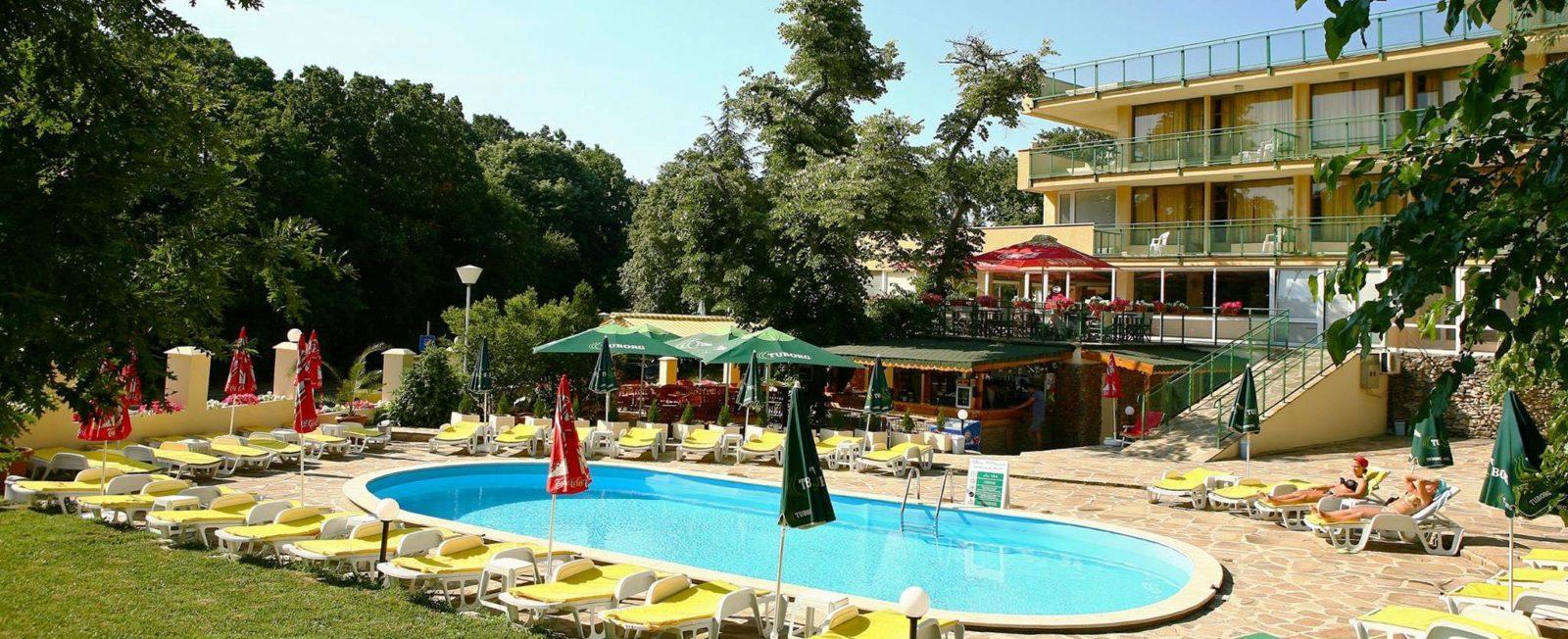 Вид на отель градина с бассейном